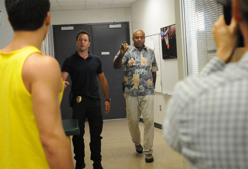 Ein Wirtschaftsprofessor wurde ermordet. Grover (Chi McBride, 2.v.r.) und Steve (Alex O'Loughlin, 2.v.l.) ermitteln, während Danny undercover als Au... - Bildquelle: Norman Shapiro 2015 CBS Broadcasting, Inc. All Rights Reserved