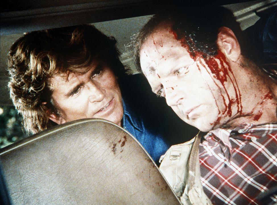 Dank dem treuen Hund Boomer findet Jonathan (Michael Landon, l.) den verletzten Harvey (Jim Edgcomb, r.). - Bildquelle: Worldvision Enterprises, Inc.