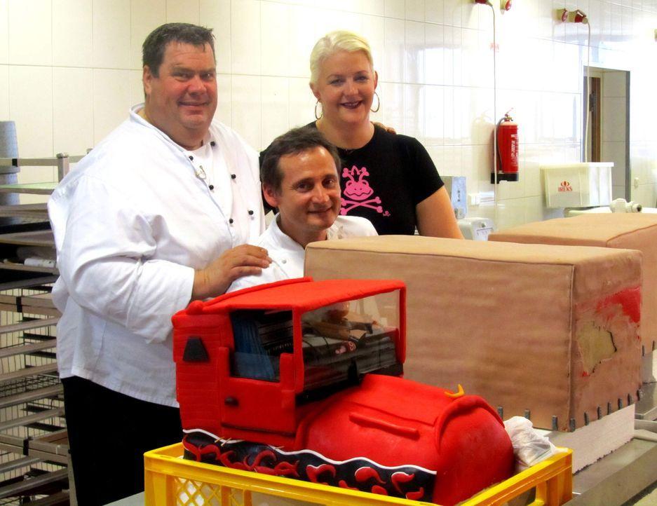 Der Auftrag von Betty (r.), Frank Steidl (M.) und Thomas Horn (l.): ein XXL-Kuchen für den Hamburger Autohof Altenwerder. Die Betreiber wollen sich... - Bildquelle: kabel eins