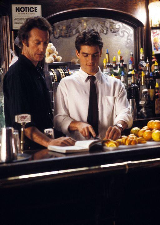 Bereits nach kurzer Einarbeitungszeit muss der erfahrene Barmann Dough (Bryan Brown, l.) feststellen, dass sein Schützling Brian (Tom Cruise, r.) se... - Bildquelle: Touchstone Pictures