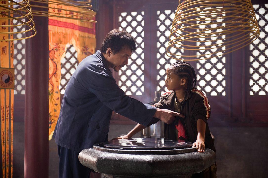 Immer wieder erteilt Mr. Han (Jackie Chan, l.) seinem Zögling Dre (Jaden Smith, r.) die unterschiedlichsten Aufgaben. Manche scheinen sehr schwer zu... - Bildquelle: 2010 CPT Holdings, Inc. All Rights Reserved.