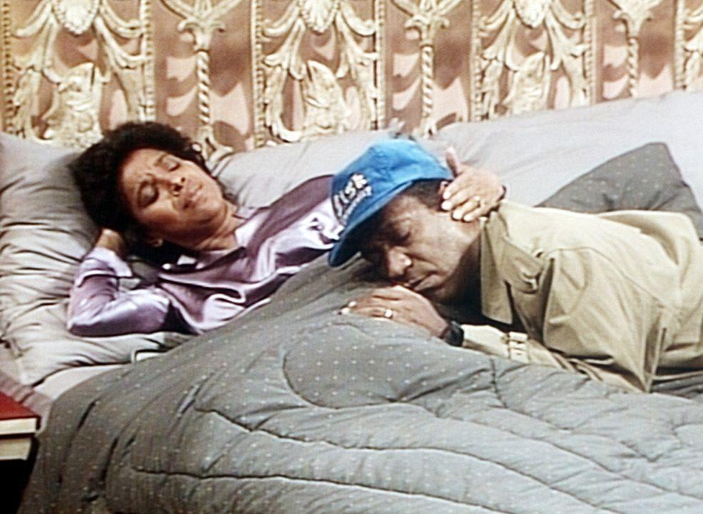 Clair (Phylicia Rashad, l.) muss Cliff (Bill Cosby, r.) trösten, der nach unzähligen Entbindungen in den letzten Wochen einfach fix und fertig ist. - Bildquelle: Viacom
