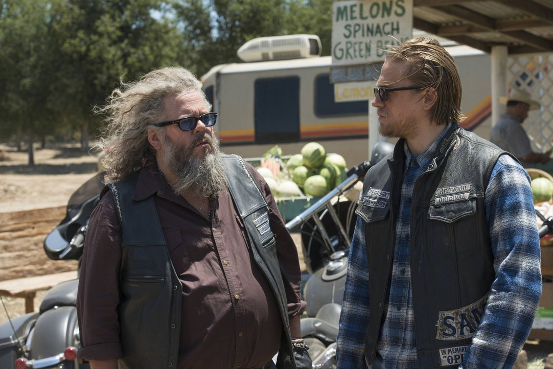 Nach dem Gespräch mit Jury sucht Jax (Charlie Hunnam, r.) Rat bei Bobby (Mark Boone, l.) ... - Bildquelle: Prashant Gupta 2013 Twentieth Century Fox Film Corporation and Bluebush Productions, LLC. All rights reserved.