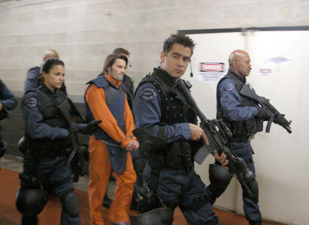 Nachdem Drogenboss Alex Montel (Olivier Martinez, 2.v.l.) bei seiner Festnahme vor laufender Kamera 100 Millionen Dollar auf seine Befreiung ausgese... - Bildquelle: 2004 Sony Pictures Television International. All Rights Reserved.