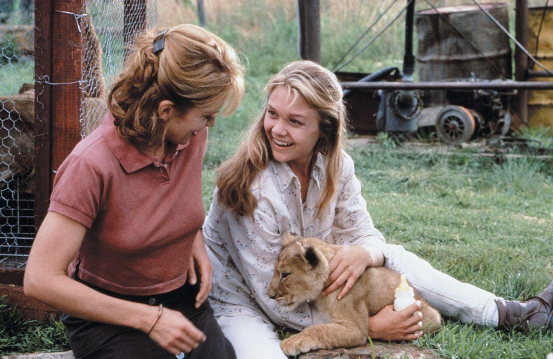 Nach anfänglichen Schwierigkeiten gewöhnt sich Rand an das Leben in Afrika. Eines Tages trifft er auf Val (Ariana Richards, r.), die mit ihrer Mut... - Bildquelle: 1996 Franklin/Waterman 2. All Rights Reserved.