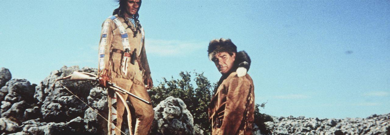Wieder einmal ist es Winnetou (Pierre Brice, l.) und Old Firehand (Rod Cameron, r.) gelungen, der Gerechtigkeit zum Sieg zu verhelfen ... - Bildquelle: Columbia Pictures