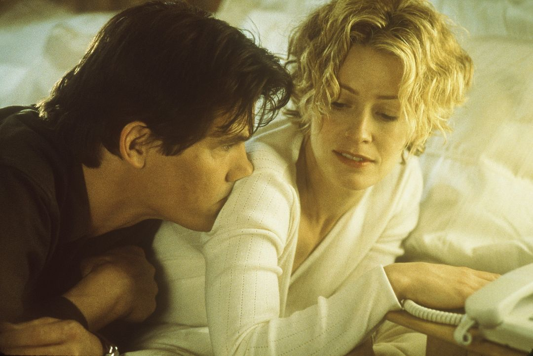Als der unsichtbare Sebastian bemerkt, dass seine ehemalige Freundin Linda (Elisabeth Shue, r.) ein Verhältnis mit dem Kollegen Matthew (Josh Broli... - Bildquelle: Columbia Pictures