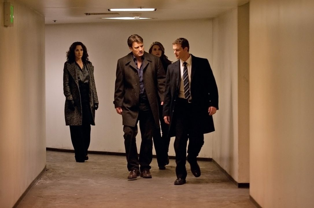 Können Richard Castle (Nathan Fillion, 2.v.l.) und Kate Beckett (Stana Katic, 2.v.r.) Agent Jack Corrigan (Jade Carter, r.) und Sophia Turner (Jenni... - Bildquelle: 2012 American Broadcasting Companies, Inc. All rights reserved.