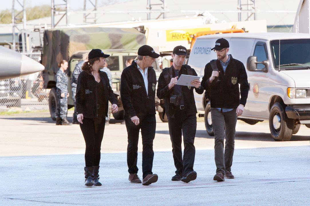 Das NCIS Team (v.l.n.r.: Vanessa Ferlito, Scott Bakula, Lucas Black, Rob Kerkovich) geht den aktuellen Fall durch. Noch ahnen sie nicht, dass sie si... - Bildquelle: 2016 CBS Broadcasting, Inc. All Rights Reserved