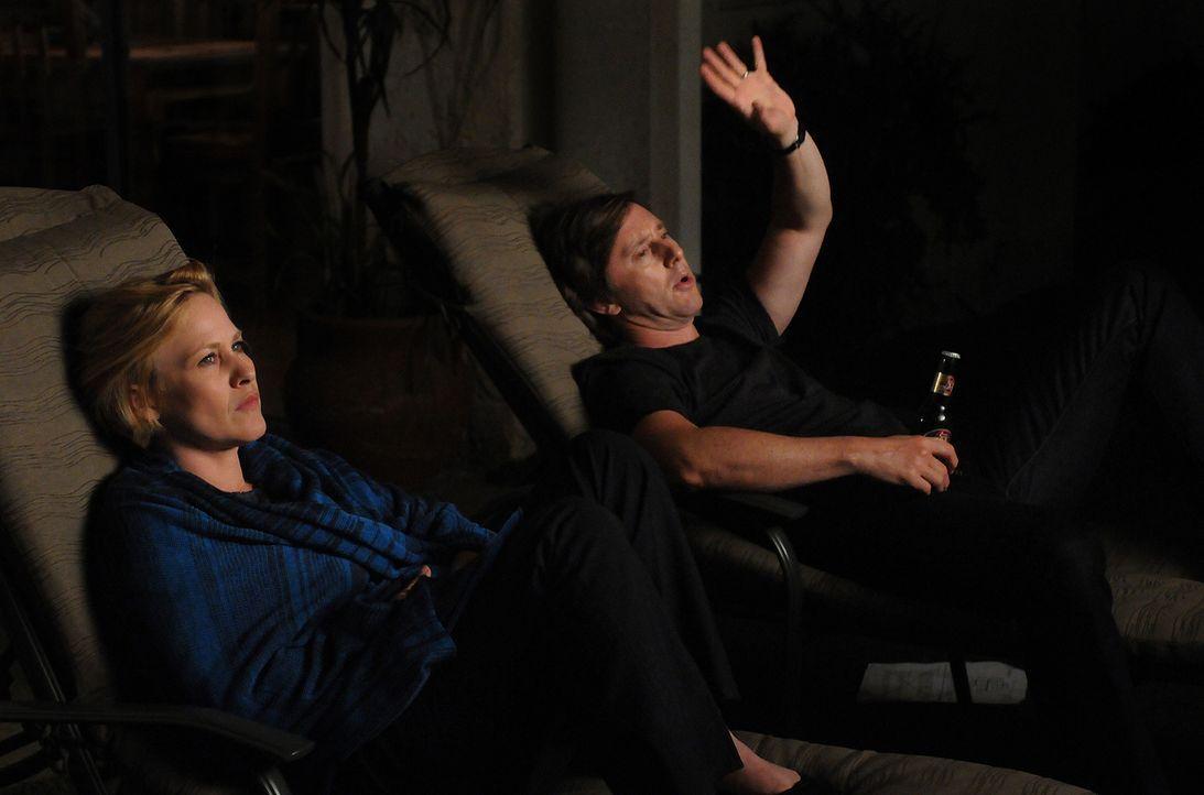 Allison (Patricia Arquette, l.) ist froh, dass ihr Mann Joe (Jake Weber, r.) immer ein offenes Ohr für sie hat ... - Bildquelle: Paramount Network Television