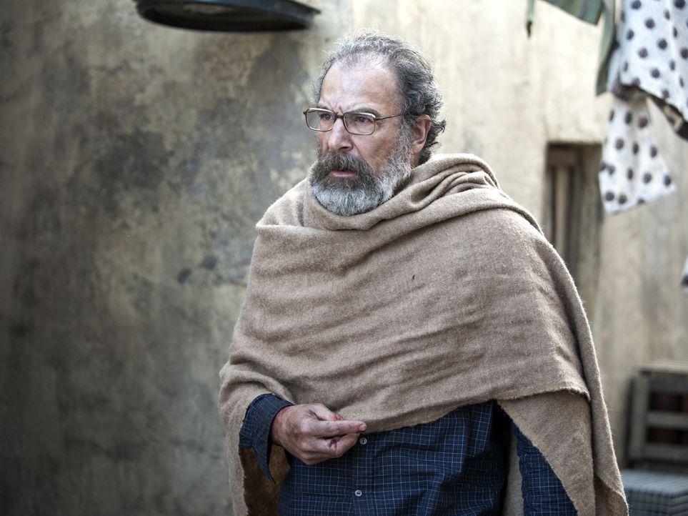 Saul (Mandy Patinkin) ist die Flucht gelungen - doch wird Carrie ihn retten können, bevor Haqqani und seine Männer in finden? - Bildquelle: Homeland   2014 Twentieth Century Fox Film Corporation