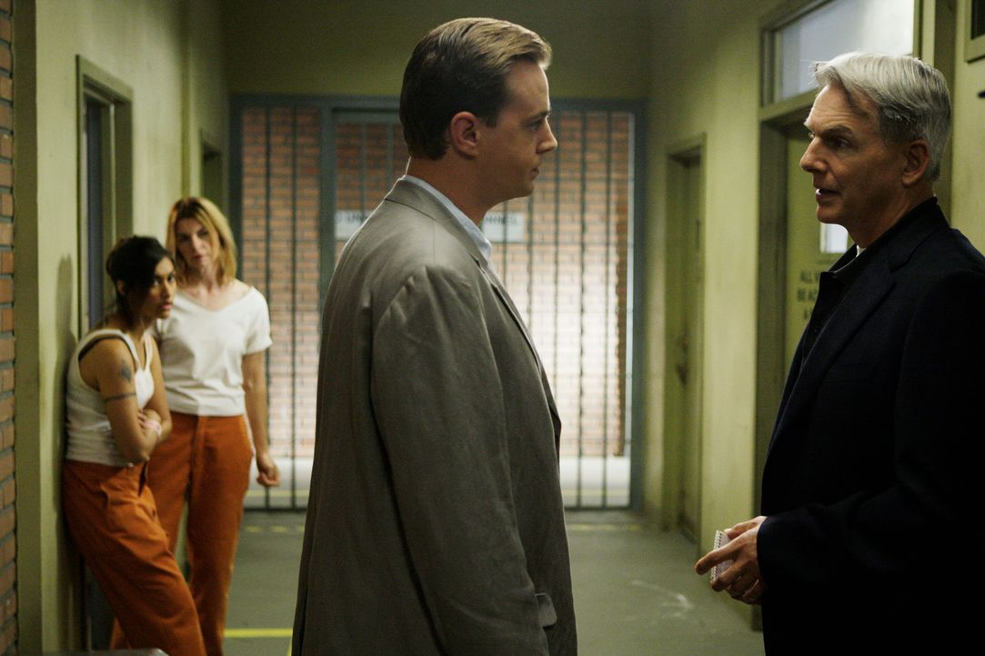 Während sich McGee (Sean Murray, 2.v.r.) auf den Weg nach Maryland macht, um der Sache auf den Grund zu gehen, passiert ein Mord und nun liegt es an... - Bildquelle: CBS Television