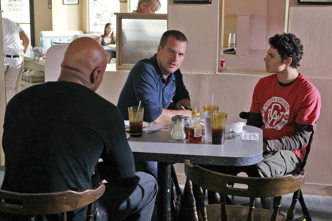 Sam (LL Cool J, l.) und Callen (Chris O'Donnell, M.) ermitteln in einem neuen Fall und stoßen dabei auf Brandon (Brett DelBuono, r.). Doch kann er i... - Bildquelle: CBS Studios Inc. All Rights Reserved.