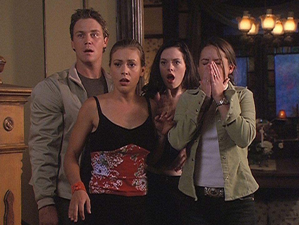 Zum ersten Mal stehen Leo (Brian Krause, l.), Phoebe (Alyssa Milano, 2.v.l.), Paige (Rose McGowan, 2.v.r.) und Piper (Holly Marie Combs, r.) der Que... - Bildquelle: Paramount Pictures