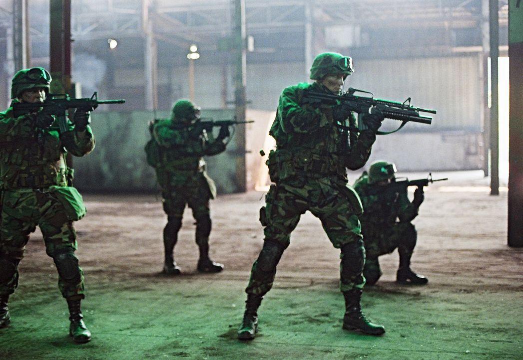 Von dauernden Alpträumen geplagt: Ex-Special Force Marinesoldat Sam Decker (Dolph Lundgren, vorne, r.) ... - Bildquelle: Nu Image