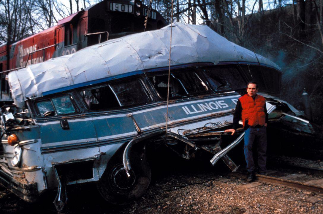 Nachdem Dr. Richard Kimble zum Tode verurteilt wurde, verunglückt der Bus, der ihn in die Todeszelle bringen soll, und ihm gelingt die Flucht. Marsh... - Bildquelle: Warner Brothers International Television Distribution Inc.