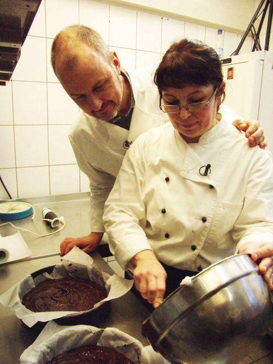 Sternekoch Frank Rosin (l.) schaut Lena Solovev (l.) bei der Arbeit über die Schulter. - Bildquelle: kabel eins