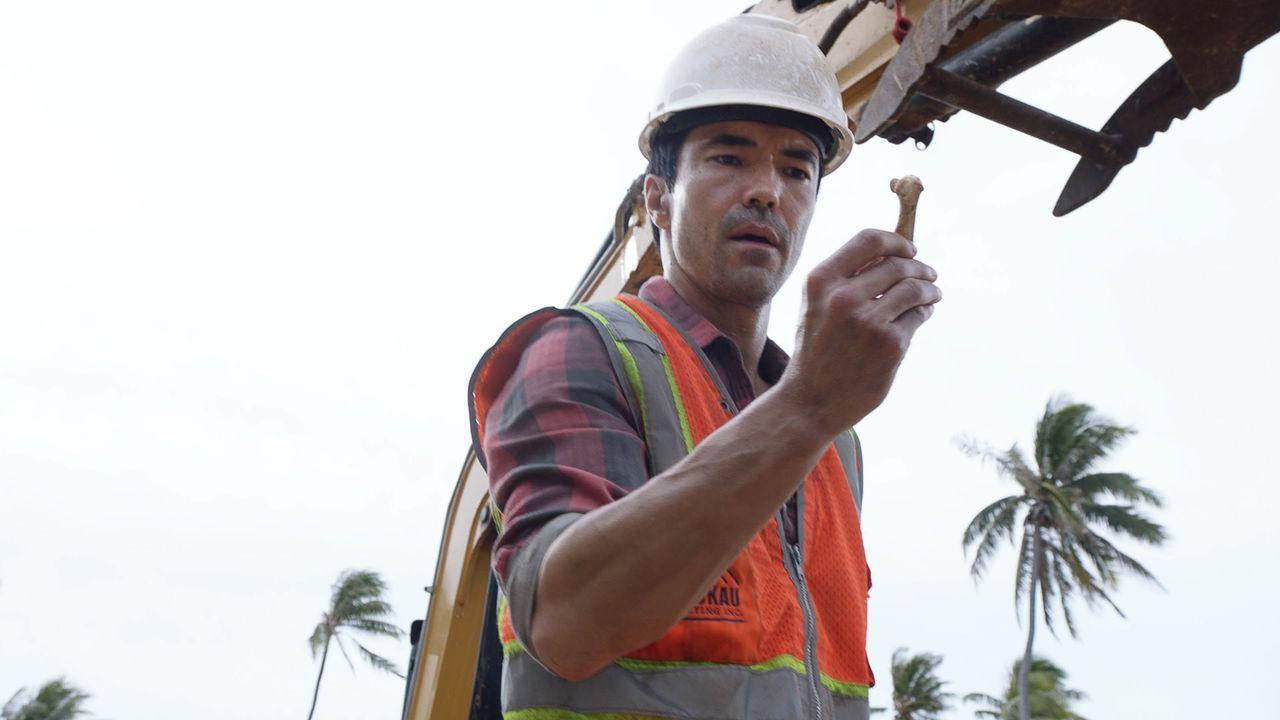 Adam (Ian Anthony Dale) arbeitet inzwischen auf einer Baustelle. Als er bei der Arbeit ein Knochenfragment im Boden findet, hat er den Verdacht, das... - Bildquelle: 2016 CBS Broadcasting, Inc. All Rights Reserved