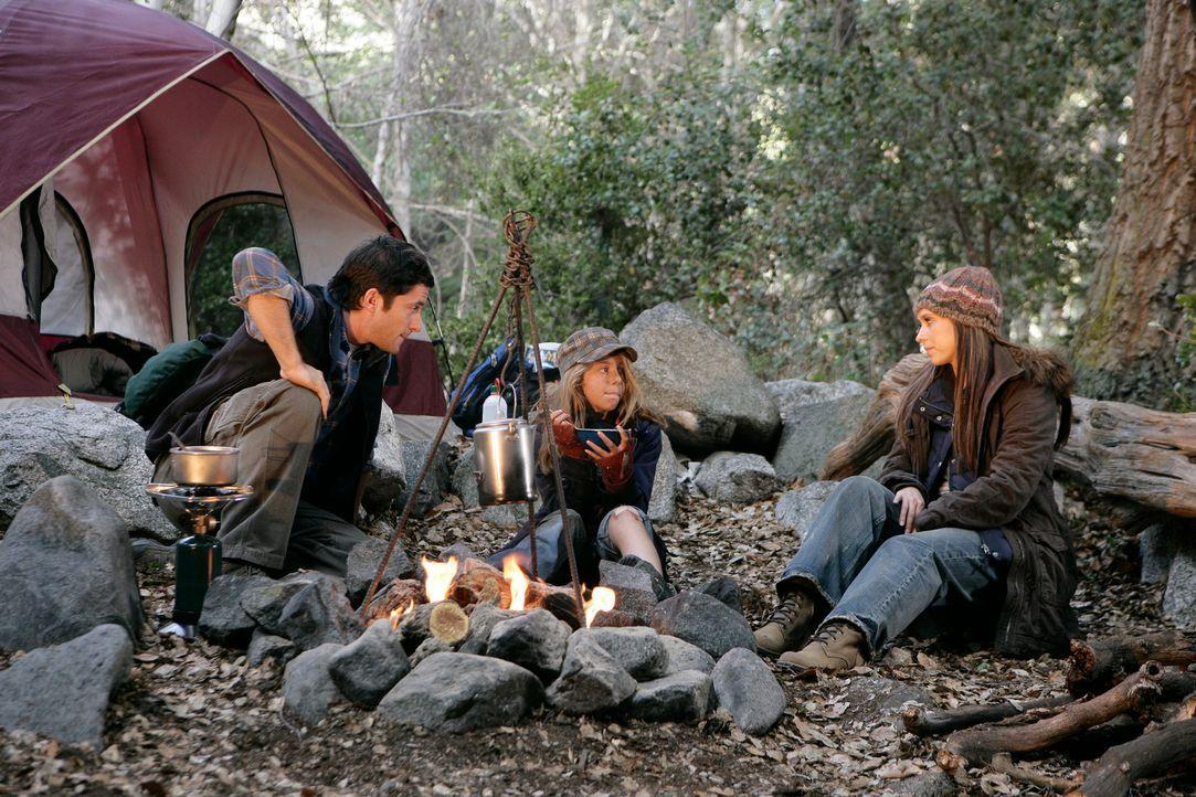 Becca (Mackenzie Vega, M.) erzählt Jim (David Conrad, l.) und Melinda (Jennifer Love Hewitt, r.) von ihrer Begegnung mit dem Geist des 13-jährigen D... - Bildquelle: ABC Studios