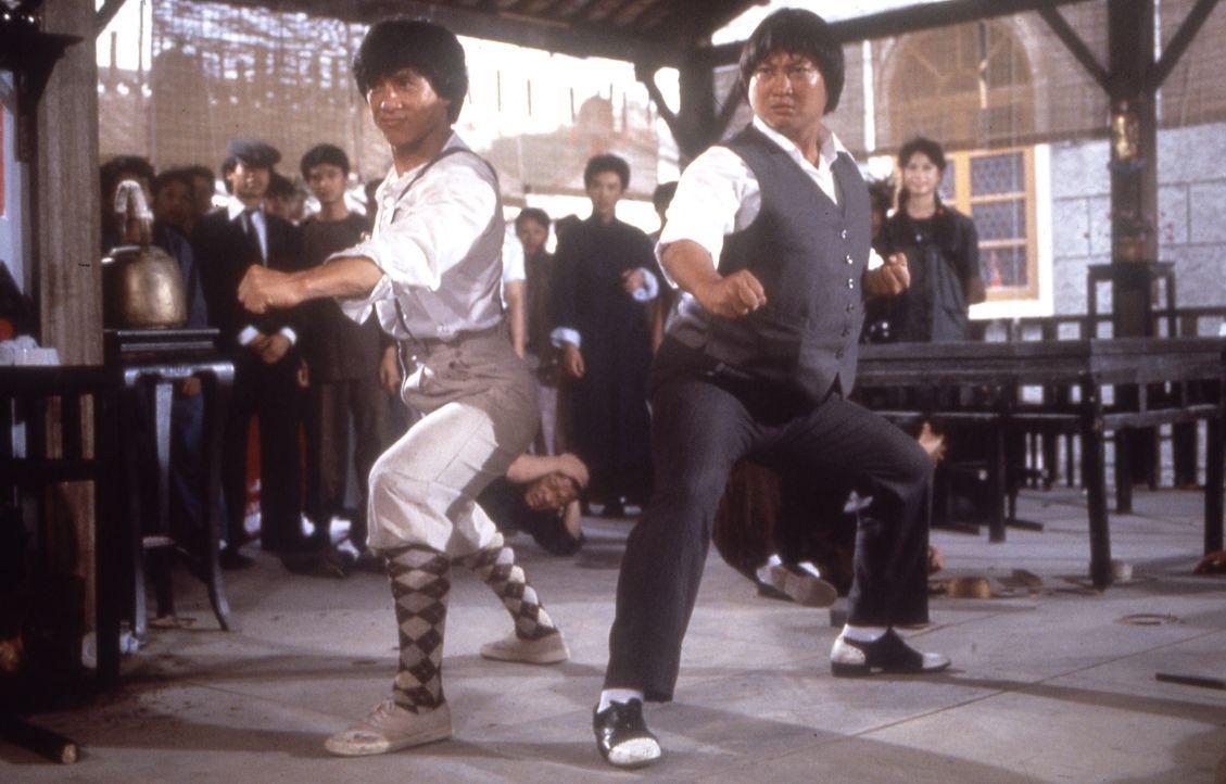 Im handfesten Einsatz für Recht und Ordnung: Dragon (Jackie Chan, l.) und Fei (Sammo Hung Kam-Bo, r.) ... - Bildquelle: Splendid