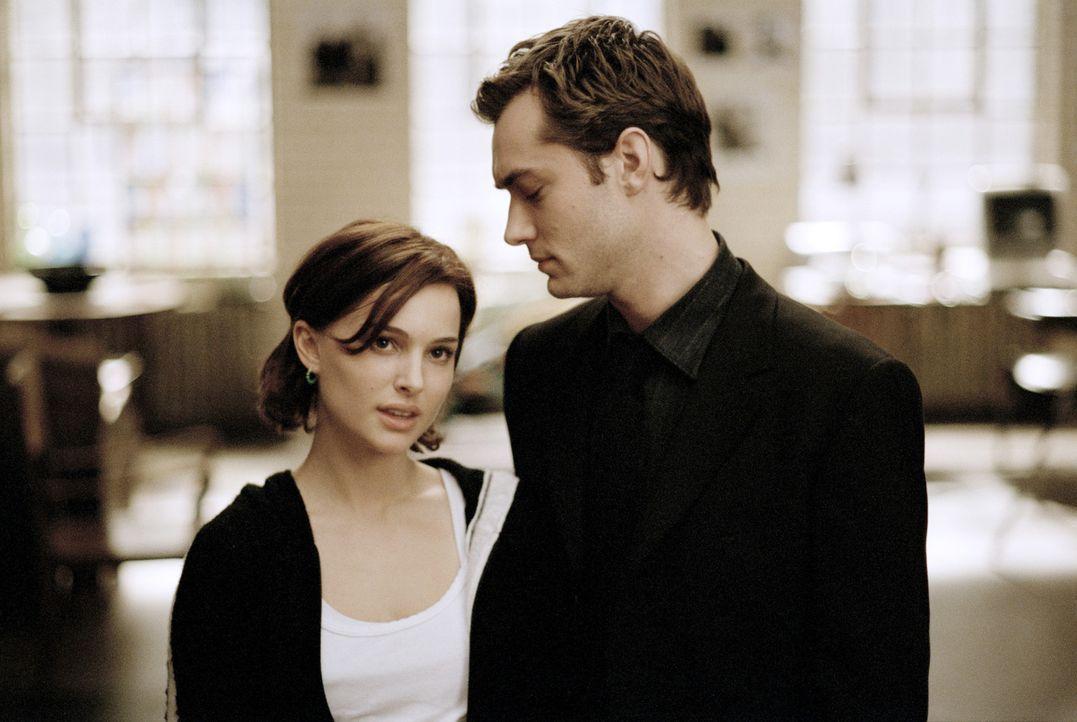 Kaum ein Paar, da müssen Alice (Natalie Portman, l.) und Dan (Jude Law, r.) auch schon erkennen, dass alles im Leben aus Täuschung und Heuchelei b... - Bildquelle: Sony Pictures Television International. All Rights Reserved.