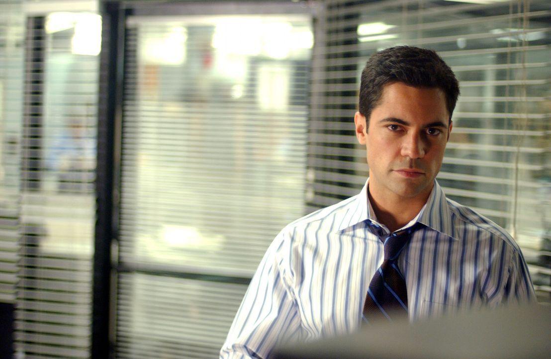 Als sich die Hinweise verdichten, dass die junge Frau in dem Film Daniela ist, kommt Detective Scott Valens (Danny Pino) ein ungeheurer Verdacht ... - Bildquelle: Warner Bros. Television