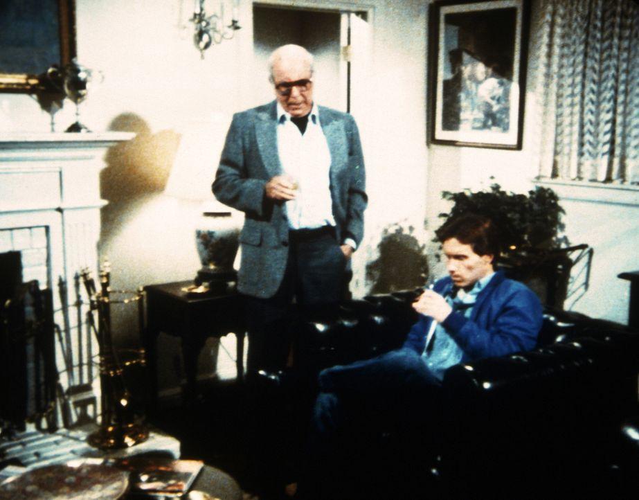 Mr. Armstrong (Stephen Elliott, l.) will, dass sich Garth (John Hammond, r.) von Lizzy trennt. - Bildquelle: Worldvision Enterprises, Inc.