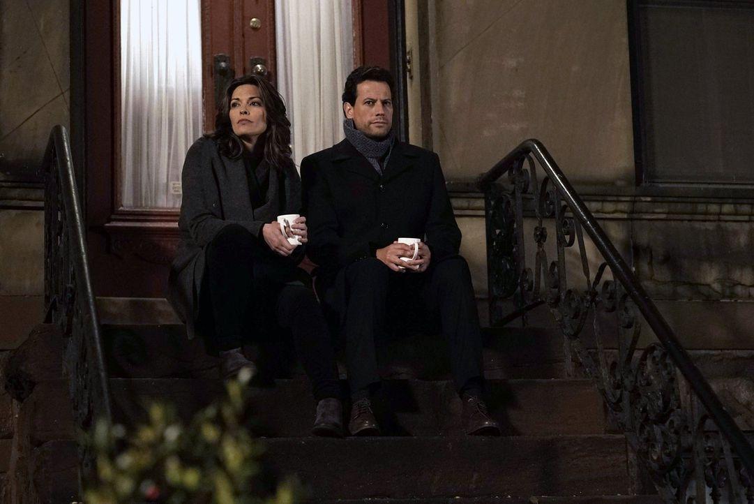 Die durch die Erinnerungen an Sean leidende Jo (Alana De La Garza, l.) benötigt dringend Hilfe von Henry (Ioan Gruffudd, r.) ... - Bildquelle: Warner Brothers
