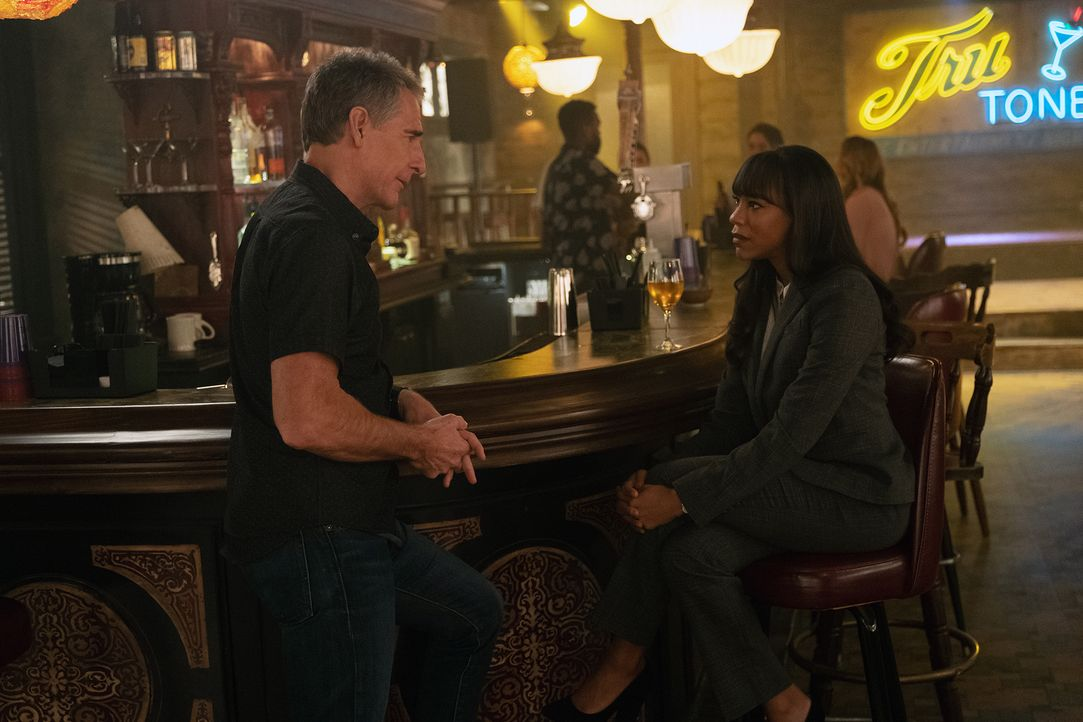 Special Agent Dwayne Pride (Scott Bakula, l.); Bürgermeisterin Zena Taylor (Amanda Warren) - Bildquelle: Sam Lothridge 2018 CBS Broadcasting Inc. All Rights Reserved / Sam Lothridge