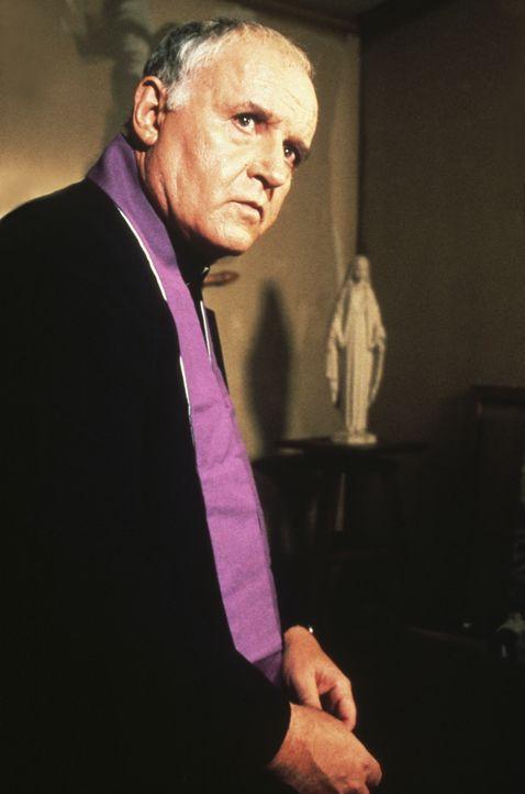 Selbst Pfarrer Delaney (Rod Steiger), der das neue Heim der Familie segnen wollte, ist ratlos was die mysteriösen Vorfälle betrifft ... - Bildquelle: 2005 UNITED ARTISTS PICTURES INC. ALL RIGHTS RESERVED.