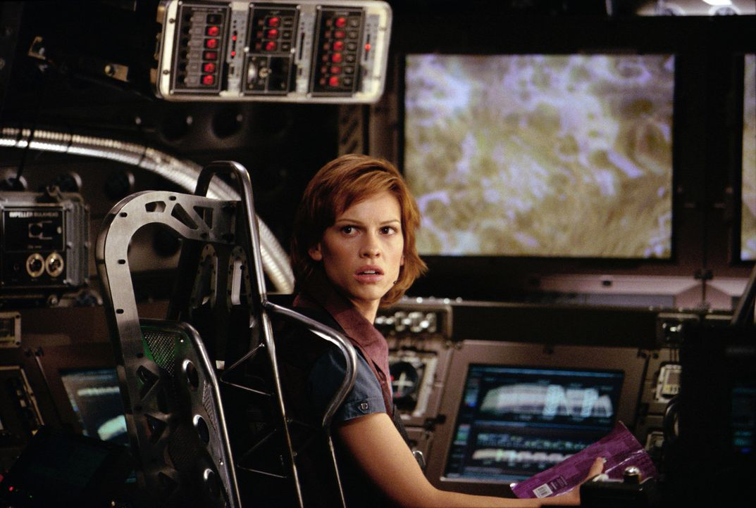 "In einem spektakulären Gefährt, einer Symbiose aus U-Boot und Raumschiff, soll ""Terranautin"" ""Beck"" Childs (Hilary Swanks) die Welt vor dem Unterg... - Bildquelle: TM & Copyright   2003 by Paramount Pictures. All Rights Reserved."