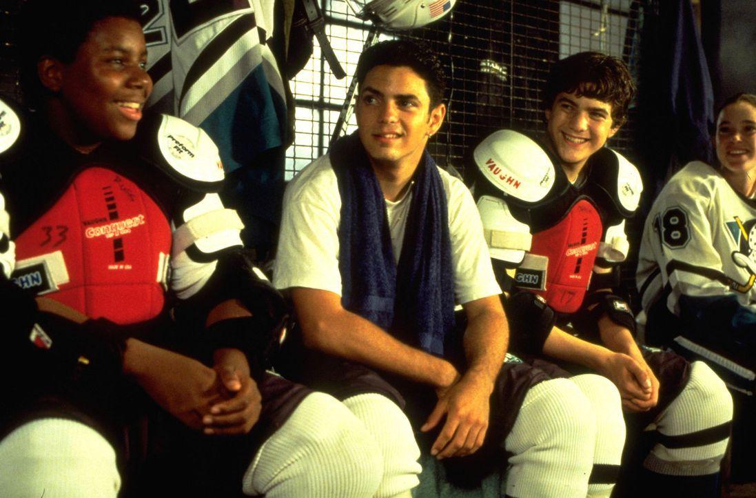"""Dank eines Stipendiums haben die Kufenstars von den """"Mighty Ducks"""", (v.l.n.r.) Russ (Kenan Thompson), Luis (Mike Vitar), Charlie (Joshua Jackson) un... - Bildquelle: Disney.  All Rights Reserved."""