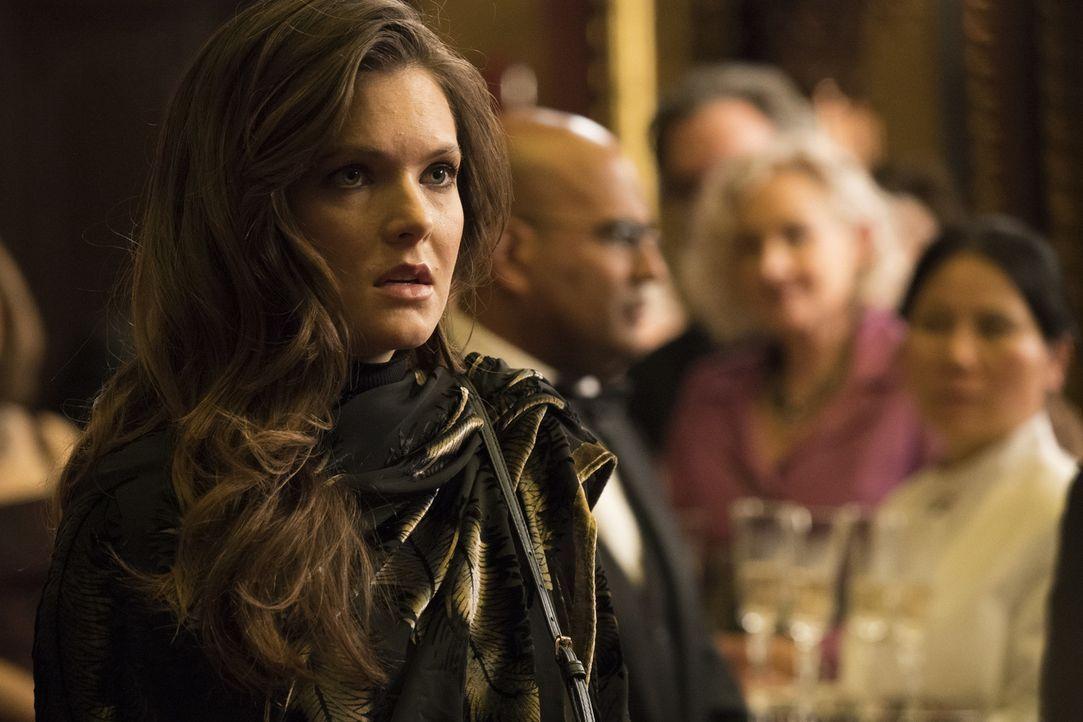 Wie wird Alicia Davis (Meghann Fahy) reagieren, wenn sie erfährt, dass ihr Vater, ein berühmter Verschwörungstheoretiker, ermordet wurde? - Bildquelle: Warner Bros.