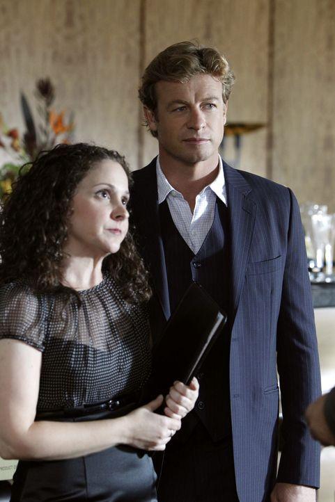 Ein neuer Mordfall beschäftigt Patrick (Simon Baker, r.). Doch kann ihm Tiffany Stark (Senta Moses, l.) bei den Ermittlungen weiterhelfen? - Bildquelle: Warner Bros. Television