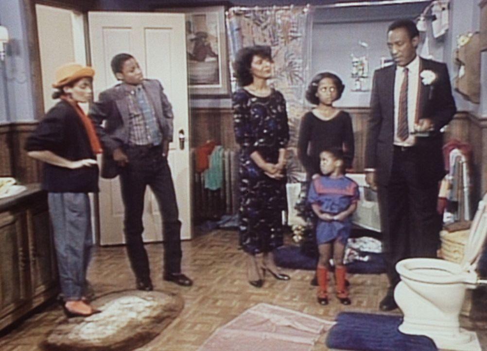 """Die ganze Familie Huxtable """"beerdigt"""" den verstorbenen Goldfisch: (v.l.n.r.) Denise (Lisa Bonet), Theo (Malcolm-Jamal Warner), Clair (Phylicia Rasha... - Bildquelle: Viacom"""