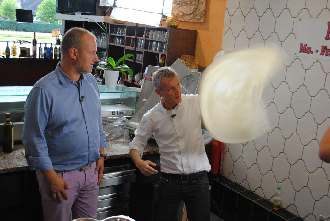 Von den Fähigkeiten des Koches ist sogar Frank Rosin (l.) begeistert ... - Bildquelle: kabel eins