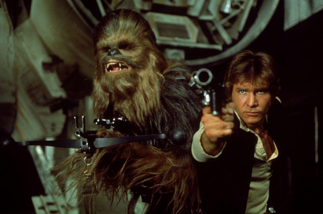 Der Pilot Han Solo (Harrison Ford, r.) und sein Co-Pilot Chewbacca (Peter Mayhew, l.) machen sich auf, die Gerechtigkeit wiederherzustellen ... - Bildquelle: 1997 Lucasfilm Ltd. All rights reserved.