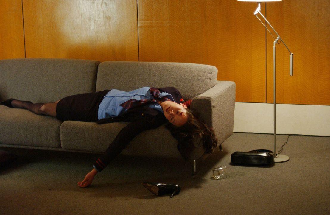 Nachdem die Leiche der jungen Linda Schmidt (Heather Donahue) gefunden wurde, ist Jack Malone und sein Team gefragt den Fall zu lösen. - Bildquelle: Warner Bros. Entertainment Inc.
