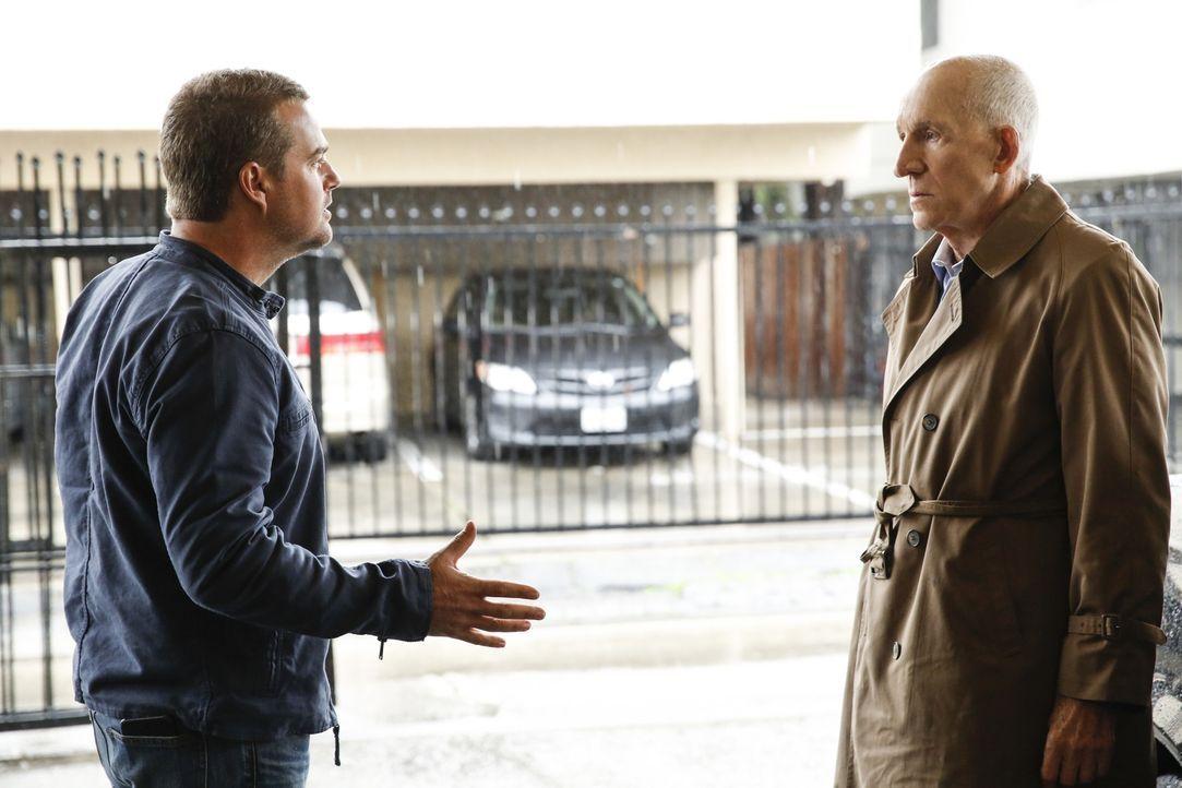 Callen (Chris O'Donnell, l.) konfrontiert seinen Vater Garrison (Daniel J. Travanti, r.) mit seinen illegalen Aktivitäten und mit der Gefahr, die da... - Bildquelle: 2017 CBS Broadcasting, Inc. All Rights Reserved.