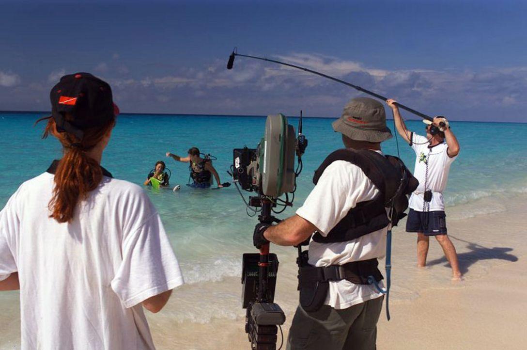"""Dreharbeiten zu """"The Paradise Virus"""" am Strand von """"Barsato Island"""" - Bildquelle: Regent Worldwide Sales LLC"""