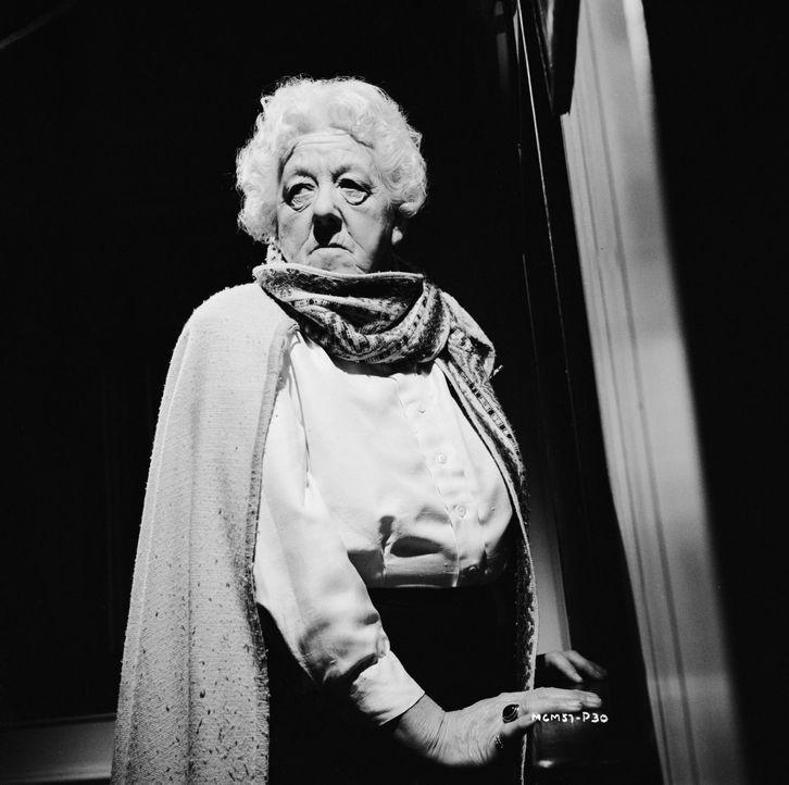 Miss Marple (Margaret Rutherford) hat die Lage im Blick: Sie ist dem Mörder auf hoher See schon auf der Spur ... - Bildquelle: Warner Brothers