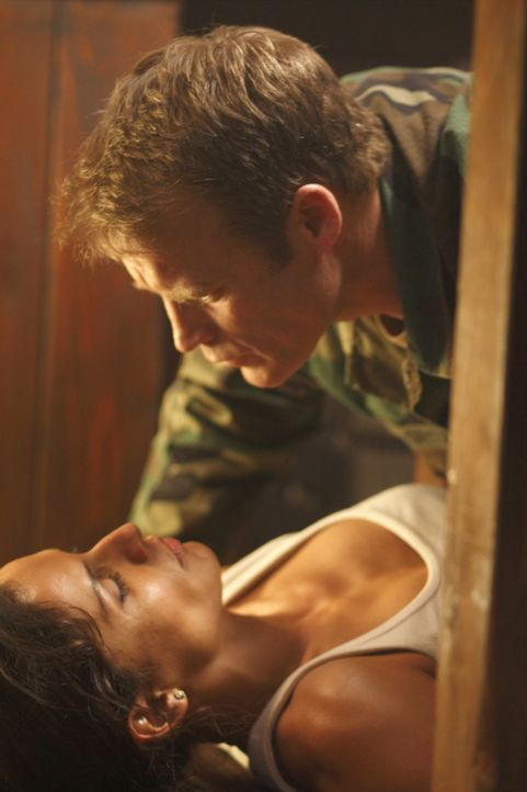 Kommen sich bei einem neuen Auftrag näher: Maria (Leonor Varela, unten) und Chance (Mark Valley, oben) ... - Bildquelle: Warner Brothers