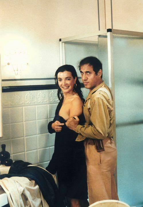 Der Polizist Boghi (Adriano Celentano, r.) ist der Schauspielerin Linda (Marina Suma, l.) immer behilflich - sogar beim Ausziehen ...
