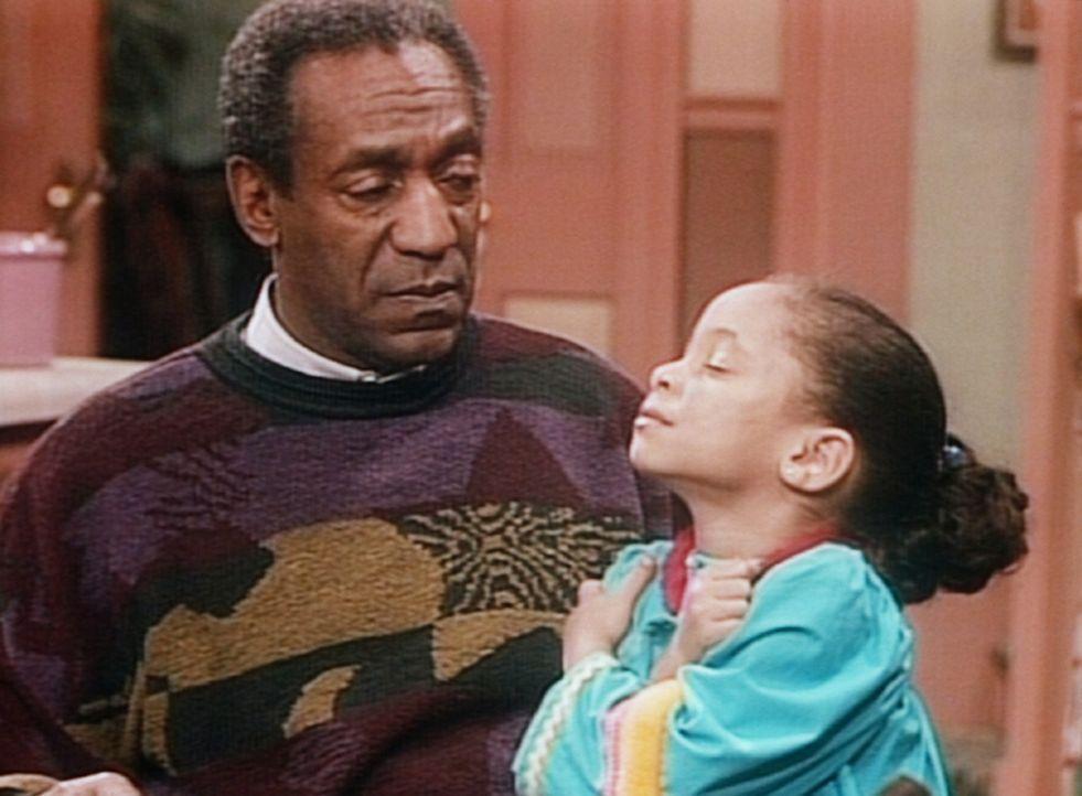Olivia (Raven Symone, r.) bittet Cliff (Bill Cosby, l.) nachzumessen, ob sie gewachsen ist. - Bildquelle: Viacom