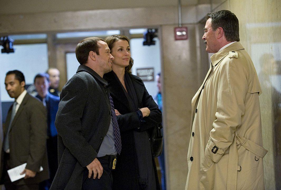 Erin (Bridget Moynahan, 2.v.r.) und Danny (Donnie Wahlberg, 3.v.r.) unterstützen ihren Vater Frank Reagan (Tom Selleck, r.) bei der Bearbeitung des... - Bildquelle: 2010 CBS Broadcasting Inc. All Rights Reserved