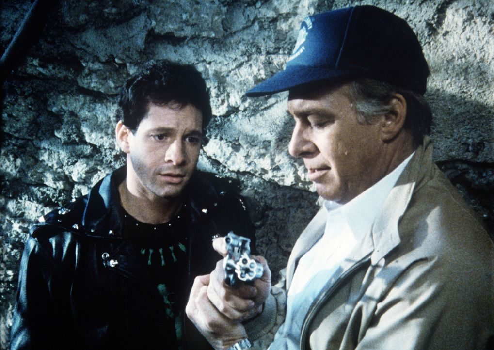 Mahoney (Steve Guttenberg, l.) kann's nicht glauben: eine echte Pistole ... - Bildquelle: Warner Bros.