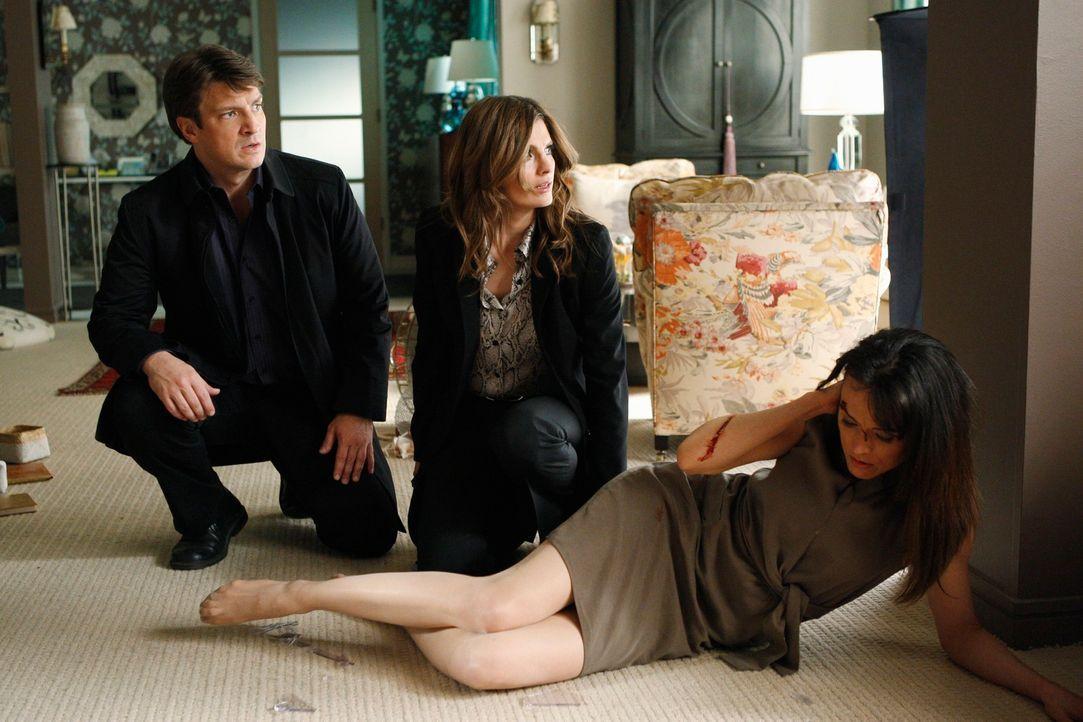 Als Richard Castle (Nathan Fillion, l.) und Kate Beckett (Stana Katic, M.) eine Wohnung stürmen entdecken sie Monica Wyatt (Liz Vassey, r.) verletzt... - Bildquelle: ABC Studios