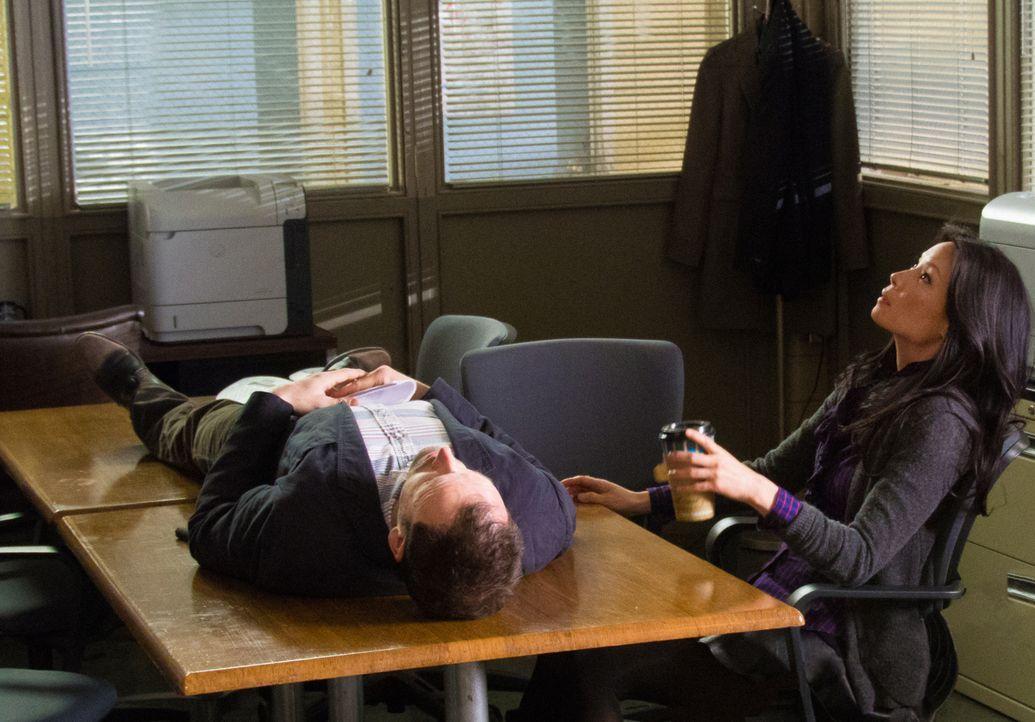 Ein neuer Fall beschäftigt Sherlock Holmes (Jonny Lee Miller, l.) und Joan Watson (Lucy Liu, r.) ... - Bildquelle: CBS Television
