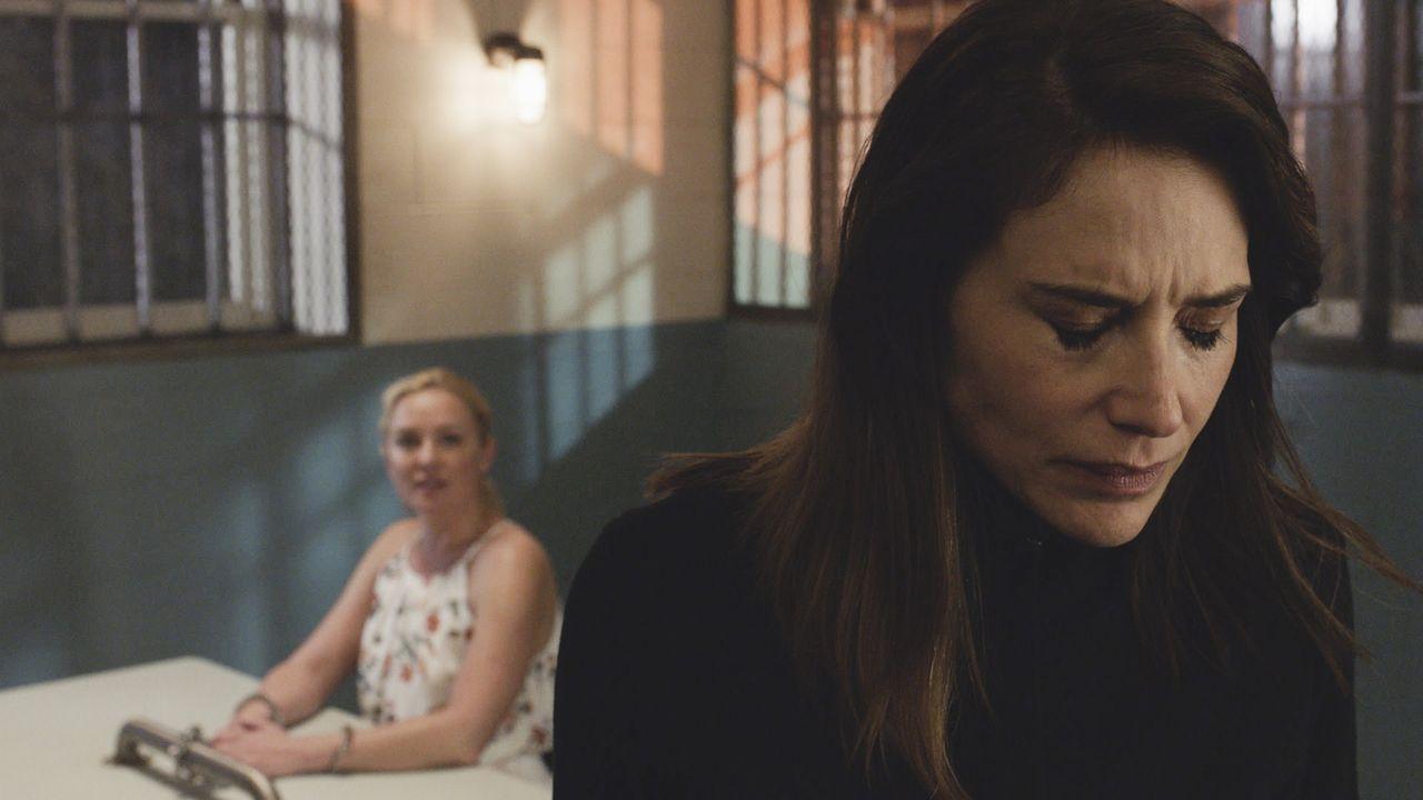 Serienmörderin Dr. Madison Gray (Elisabeth Röhm, l.) hat ein neues Spiel begonnen, das speziell auf Alicia Brown (Claire Forlani, r.), einer ehemali... - Bildquelle: 2016 CBS Broadcasting, Inc. All Rights Reserved