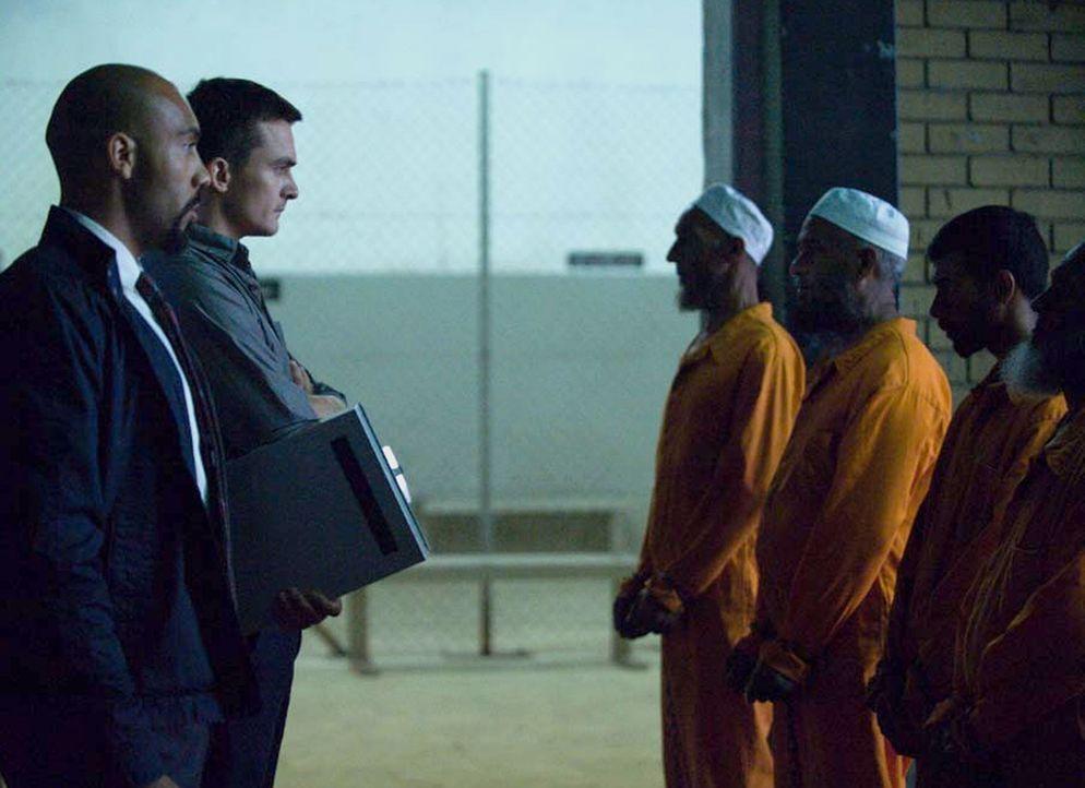 Hank Wonham (Alex Lanipekun, l.) und Peter Quinn (Rupert Friend, 2.v.l.) bereiten die fünf Terroristen für den Austausch gegen Saul vor ... - Bildquelle: 2014 Twentieth Century Fox Film Corporation